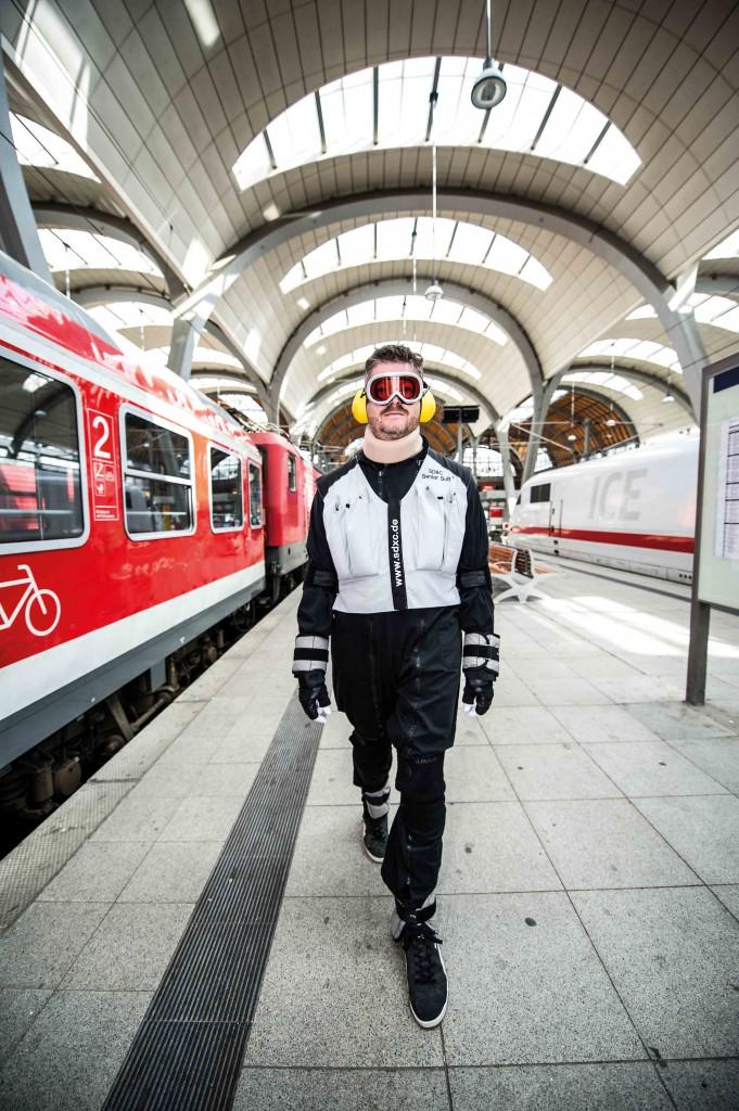 SD&C Senior Suit Alpha auf dem Kieler Hauptbahnhof