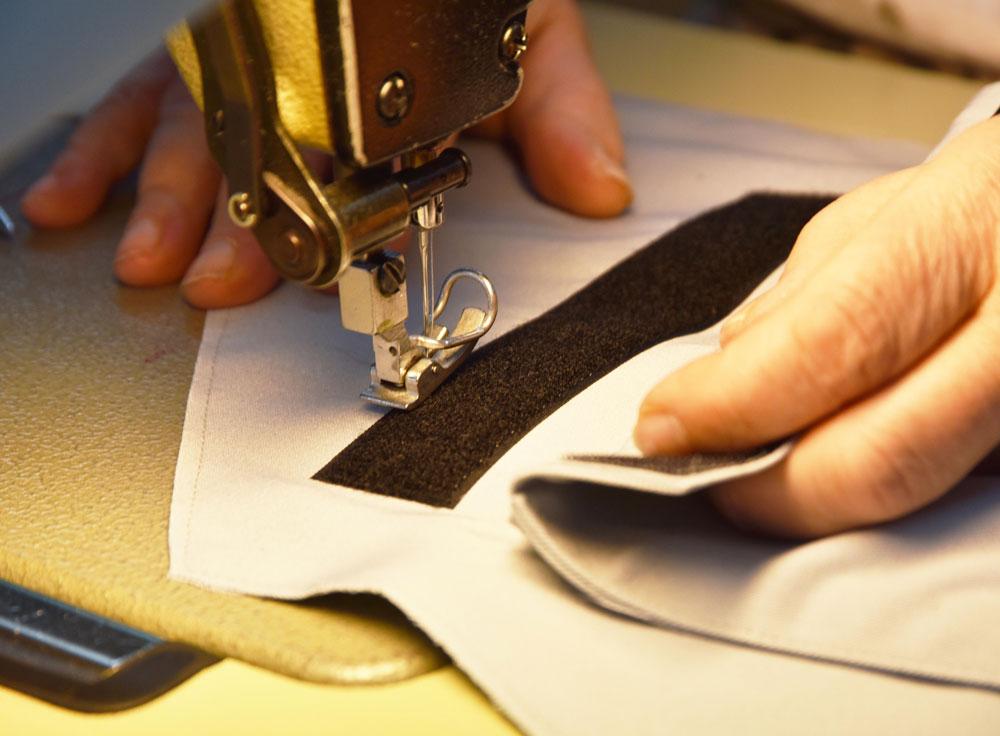 Ein Klettstreifen des Senior Suit wird aufgenäht